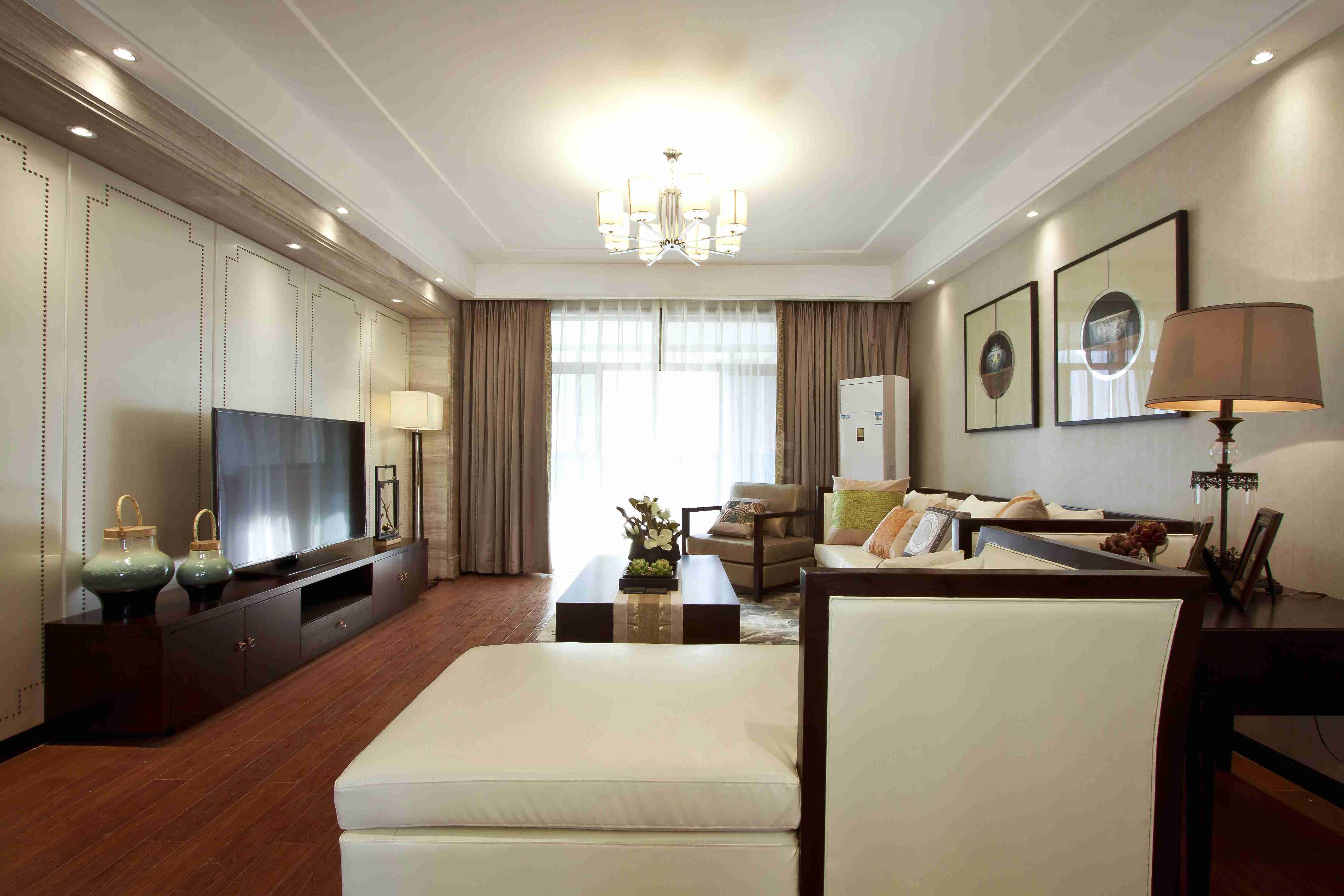 中式风格的客厅具有内蕴的风格,为了舒服,中式的环境中也常常用到沙发,但颜色仍然体现着中式的古朴,中式这样表现使整体空间,传统中透着现代,现代中揉着古典。这样就以一种东方人的'留白'美学观念控制的节奏,显出大家风范,其墙壁上的字画无论数量还是内容都不在多,而在于它所营造的意境。
