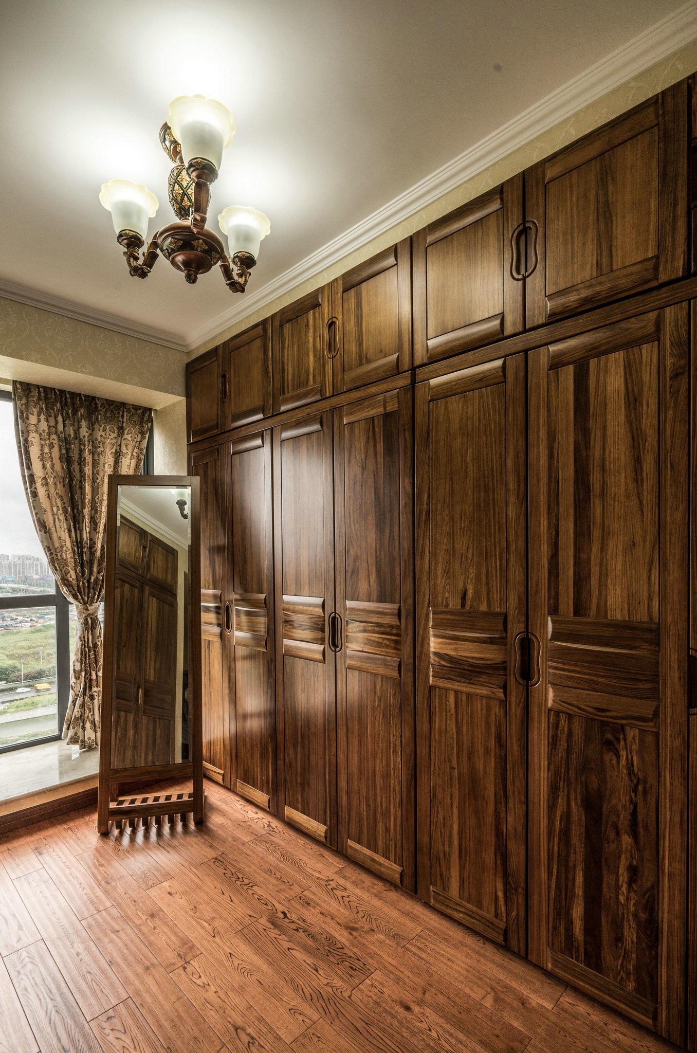 风格为简欧,业主希望打造这套房子装修出来的效果要大气,造型丰富且华丽,所以在整体设计的时候,采用了欧式风格所强调的华丽装饰、精美的造型达到华贵的效果。 客厅的电视背景采用砖和大理石的结合,彰显欧式独有的质感,弧形大理石线条的设计将欧式的简约大气华丽的效果发挥的淋漓尽致。餐厅背景墙采用菱形镜面,使其餐厅更有空间感。过道处由于其原始结构,使其看上去较狭长,所以在过道处采用端景及丰富的造型,从是视觉上让人看上去没那么压抑,视感丰富,吸引眼球?