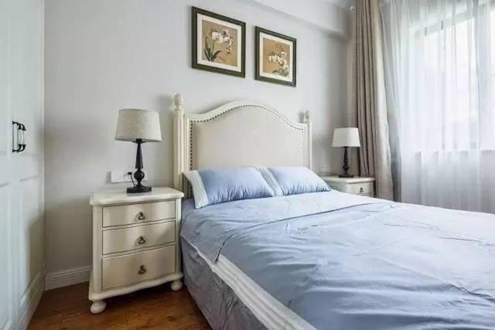 客卧平时主要用来给朋友或者客人居住,淡紫色的被褥,让人仿佛置身薰衣草庄园。床后的两张照片点缀了白色墙面,整个房间营造了静谧之感,想想当有宾客来拜访时,住在这样精心布置的房间,心中一定倍感温馨。