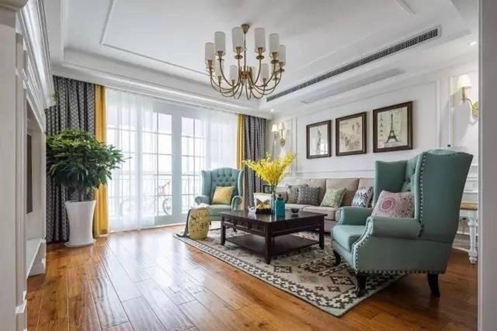 客厅整体色调以白色为主,美式风格的布艺沙发,在美观的同时,又给业主带去了舒适感。沙发和座椅选择轻松明快的式样,室内绿化也较为丰富,装饰画较多。沙发后面布置的照片墙,让整个墙面不再单调。木质的地板,具有光泽感,颜色单一,却不失优雅。客厅的一边,是玻璃移门,不仅采光充分,也在视觉上加大了客厅的空间,同色系的窗帘,更为客厅增添了一丝华贵。客厅是待客区域,平日来了朋友,在这里陪朋友喝上一杯咖啡,甚是惬意