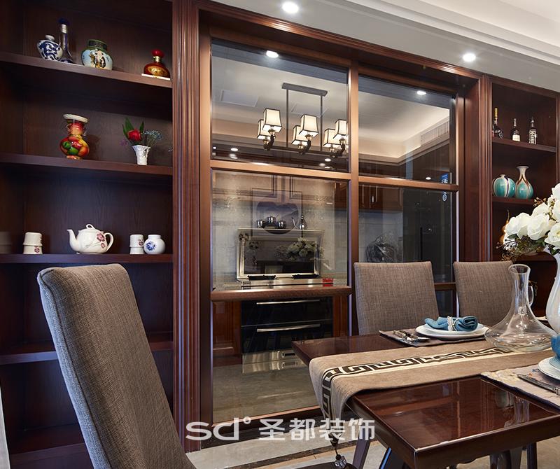 酒柜利用同色系红木打造,与厨房移门同框同色,在空间设计上进项再创造,使之融入空间,古色古香。