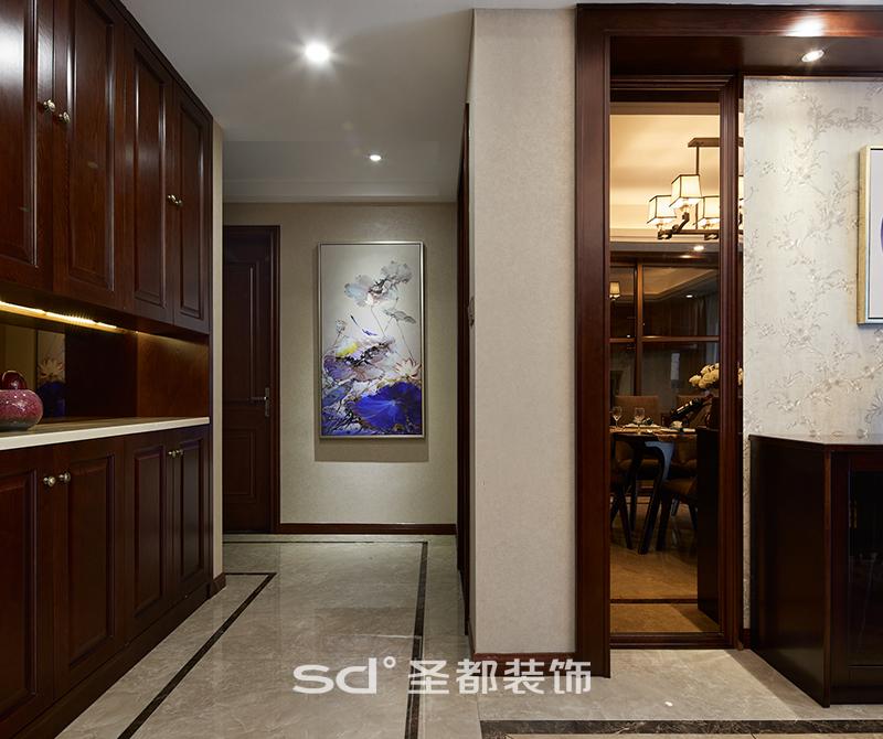 过道玄关采用艺术画装饰,给人一种眼前一亮的感觉。为了更大的利用空间,过道同样也做了储物柜。