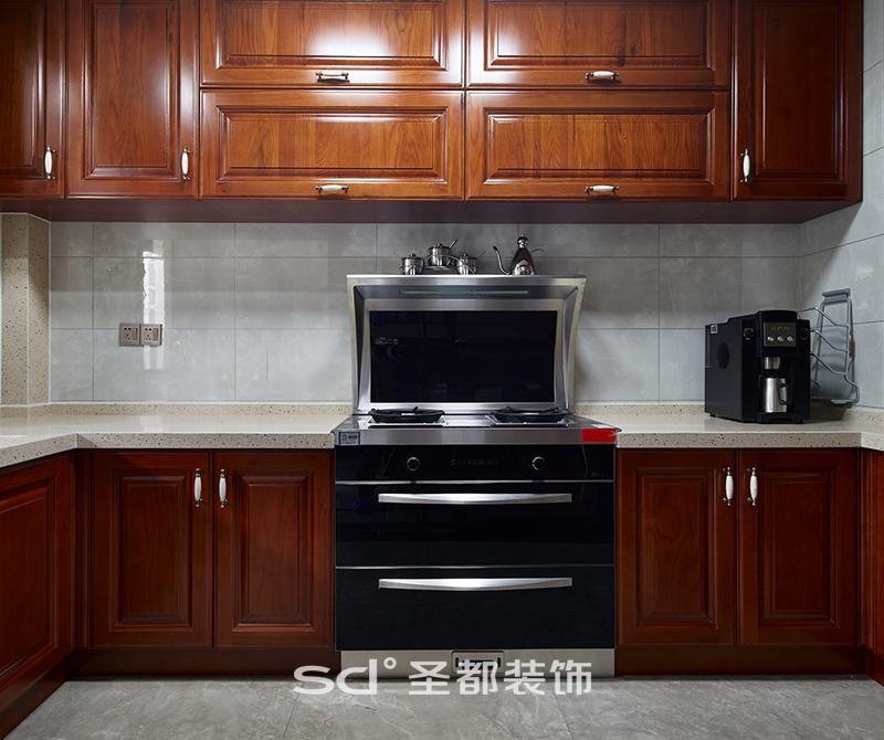 厨房的设计从减轻业主的劳动强度、方便使用来考虑。合理布置灶具、排油烟机、消毒柜,充分考虑到这些设备的安装、维修及使用安全。