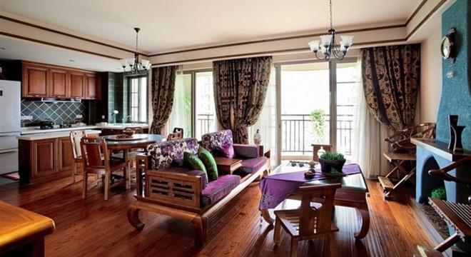 深木色的家具,局部采用一些金色的壁纸、丝绸质感的布料,灯光的变化体现了稳重及豪华感